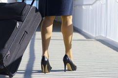 Mulher de negócios que viaja com mala de viagem Fotografia de Stock Royalty Free
