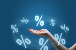 A mulher de negócios representa dos discontos da porcentagem imagens de stock royalty free