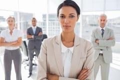 Mulher de negócios séria atrativa com os braços cruzados fotos de stock royalty free