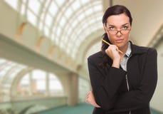 Mulher de negócios séria Inside Corporate Building imagens de stock
