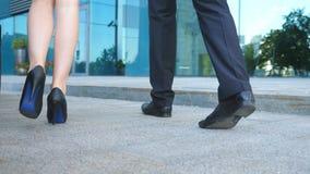 A mulher de negócios sai do automóvel e das folhas com seu colega ao escritório Homem de negócios com seu colega fêmea vídeos de arquivo