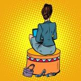 a mulher de negócios senta-se para trás no sofá Imagens de Stock Royalty Free