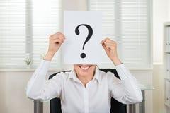 Mulher de negócios Showing Question Mark On Paper Fotografia de Stock Royalty Free