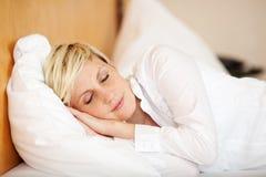 Mulher de negócios Sleeping On Bed, olhos fechados fotografia de stock