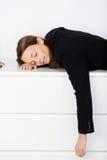 Mulher de negócios Sleeping On Bench no escritório fotografia de stock