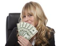 Mulher de negócios Smirking com um punhado dos dólares Fotos de Stock Royalty Free