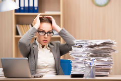 A mulher de negócios sob o esforço de demasiado trabalho no escritório Fotos de Stock Royalty Free