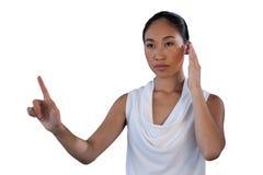 Mulher de negócios soroso que finge responder à chamada ao tocar na relação invisível fotos de stock royalty free