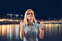 Mulher de negócios de sorriso alegre nova gesticulando feliz, Fotos de Stock
