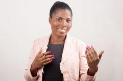 Mulher de negócios de sorriso com sinal da mão fotos de stock royalty free