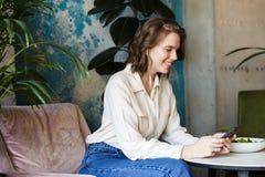 Mulher de negócios de sorriso que tem o lucnch no café imagens de stock royalty free