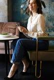 Mulher de negócios de sorriso que tem o lucnch no café dentro imagem de stock royalty free