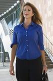Mulher de negócios Standing In Front Of Office Building Imagens de Stock Royalty Free