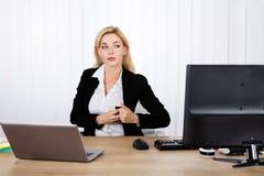 Mulher de negócios Stealing Stapler Secretly imagem de stock royalty free