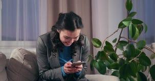 Mulher de negócios surpreendida que usa o telefone celular no escritório vídeos de arquivo