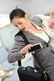 Mulher de negócios tarde para o trabalho que guarda seu bebê fotografia de stock