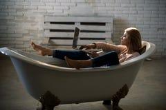 A mulher de negócios tem a vida moderna com nova tecnologia Compre o mercado em linha e digital Trabalho da mulher no computador  fotografia de stock royalty free