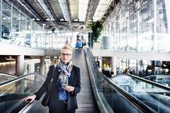 Mulher de negócios terminal Concept da viagem de negócios do aeroporto imagens de stock royalty free
