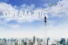 A mulher de negócios toma o texto grande ideal no céu Imagem de Stock