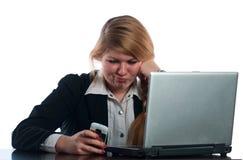 A mulher de negócios trabalha no computador Fotos de Stock Royalty Free