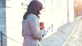 A mulher de negócios usa seu telefone celular filme