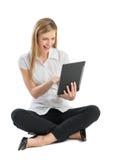 Mulher de negócios Using Digital Tablet ao sentar-se no assoalho Imagem de Stock Royalty Free