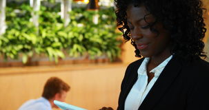 Mulher de negócios Using Digital Tablet no escritório video estoque
