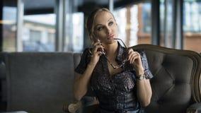 Mulher de negócios Using Phone Working na cafetaria Imagem de Stock Royalty Free