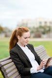 Mulher de negócios Using Smartphone Outdoors foto de stock royalty free