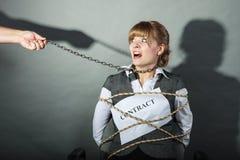 Mulher de negócios virada limitada por termos de contrato Imagem de Stock