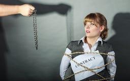 Mulher de negócios virada limitada por termos de contrato Foto de Stock