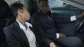 Mulher de negócios virada que obtém no carro, homem no terno que espera para dentro, sócios, falha filme