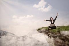 A mulher de neg?cios consegue o sucesso na eleva??o da montanha Fotografia de Stock Royalty Free