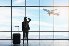Mulher de neg?cios no aeroporto imagens de stock royalty free