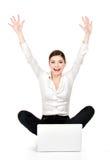 A mulher de negócio bem sucedida aumentada entrega acima Fotos de Stock Royalty Free