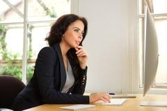 Mulher de negócio bem sucedida no escritório com computador Fotografia de Stock