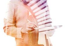 Mulher de negócio da exposição dobro que usa a tabuleta com o trajeto de grampeamento dentro dos dados de imagem Fotografia de Stock Royalty Free