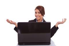 A mulher de negócio está dando-lhe boas-vindas a sua mesa Fotografia de Stock Royalty Free