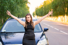 Mulher de negócio feliz e entusiasmado bonita em seu carro Imagem de Stock Royalty Free