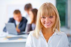Mulher de negócio feliz nova com sua equipe Fotografia de Stock Royalty Free