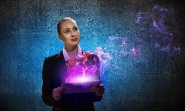 Mulher de negócio nova com ipad Imagens de Stock