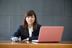 Mulher de negócio nova de sorriso atrativa Fotografia de Stock Royalty Free