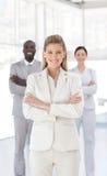 Mulher de negócio nova que sorri na câmera Fotografia de Stock Royalty Free