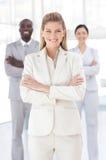 Mulher de negócio nova que sorri na câmera Imagens de Stock Royalty Free