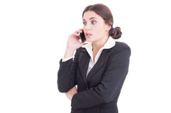 Mulher de negócio nova surpreendida que tem uma conversa telefônica Fotografia de Stock
