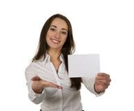 Mulher de negócio que apresenta seu cartão de visita Fotografia de Stock Royalty Free