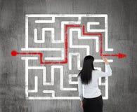 Mulher de negócio que encontra a solução de um labirinto Fotografia de Stock