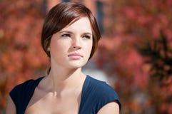 Mulher de negócio que espera uma reunião no parque Fotografia de Stock Royalty Free