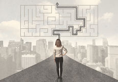 Mulher de negócio que olha a estrada com labirinto e solução Foto de Stock