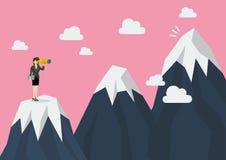 Mulher de negócio que procura o pico de montanha Imagem de Stock Royalty Free